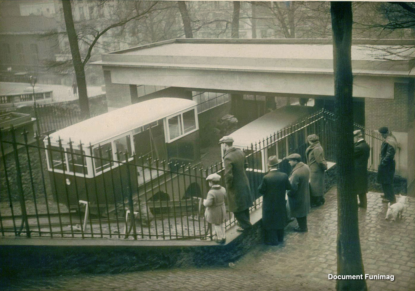 Installation of new electric funicular in 1935 / Installation du nouveau funiculaire électrique en 1935