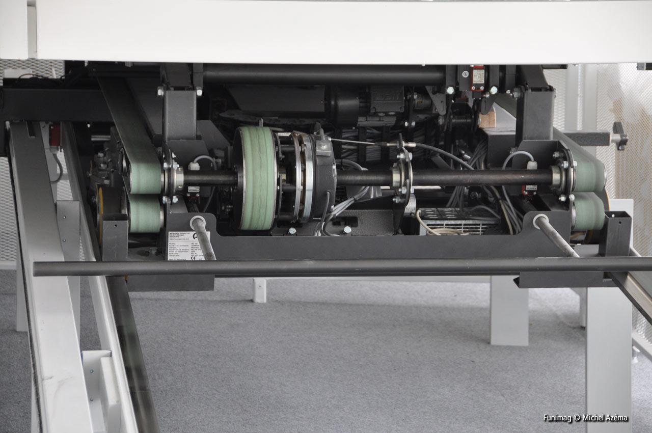 Moteur et système d'entrainement sous le chariot / Engine and belt drive system